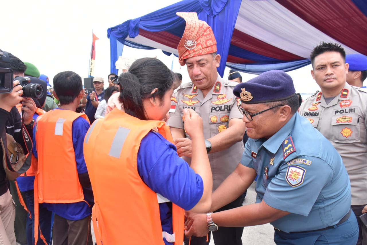 """Photo of """"Sinergitas TNI Polri dan Masyarakat"""" Ditpolair Polda Kepri Menggelar Lomba Sampan"""
