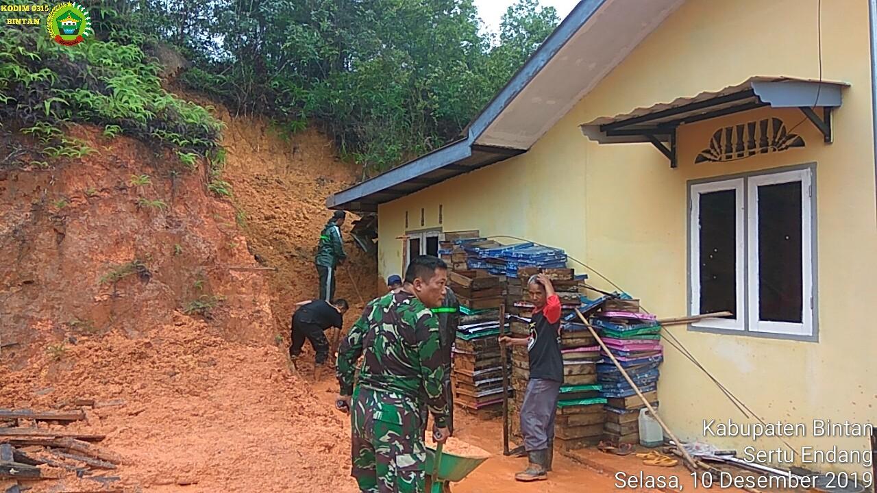 Photo of Rumah Warga di Desa Lancang Kuning dihantam Longsor, Anggota Koramil 03/0315 Bintan dan Polsek Binut Sigap Evakuasi Warga