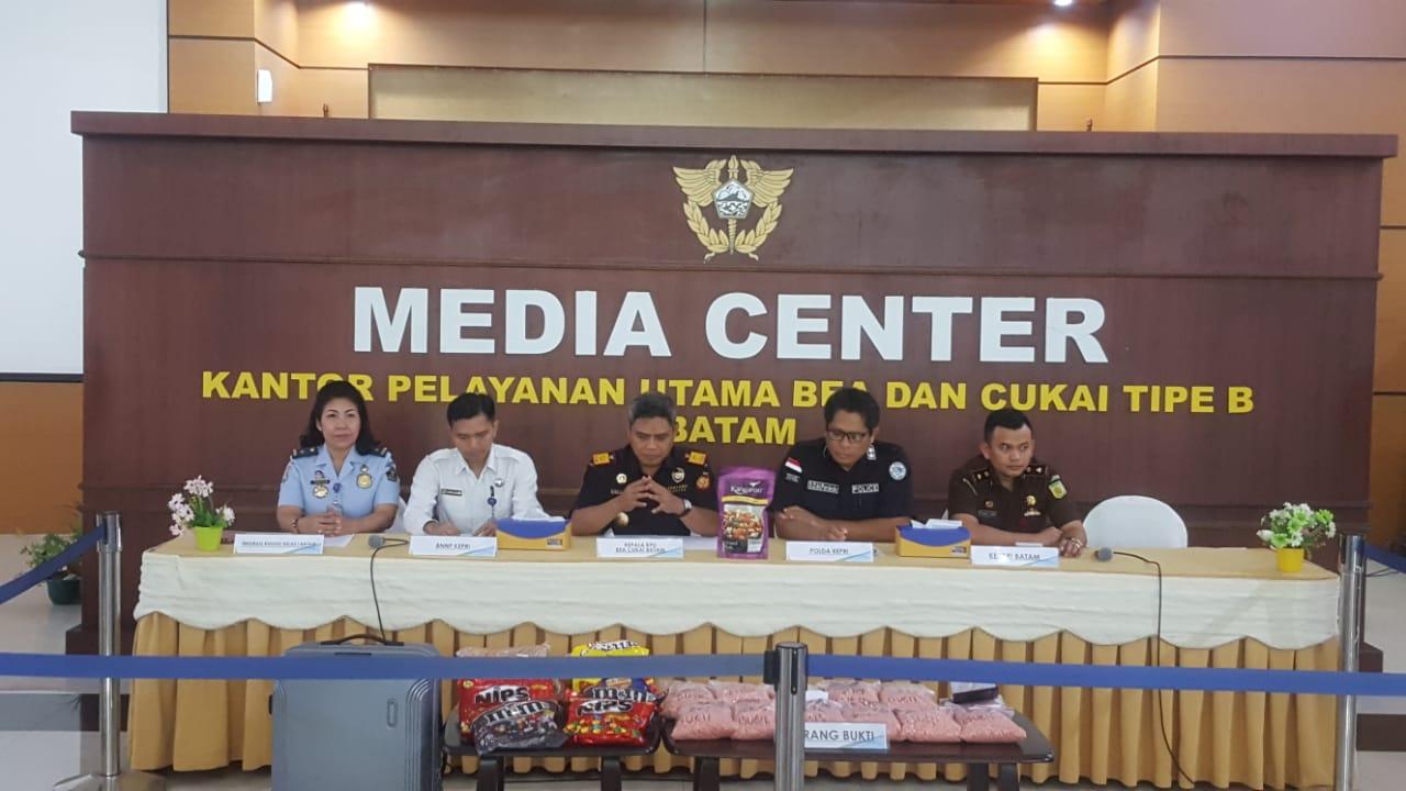 Photo of Petugas Bea dan Cukai Batam Gagalkan Penyeludupan Puluhan Ribu Pil Ekstasi