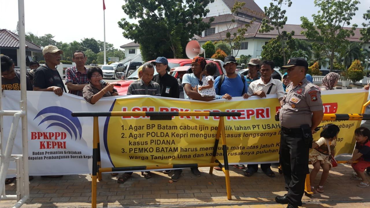 Photo of Warga Tanjung Uma dan LSM BPKPDPD Unjuk Rasa di Kantor Walikota dan BP Batam