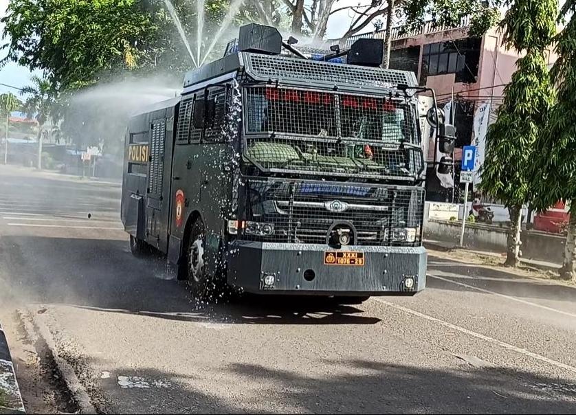 Photo of Polres Tanjungpinang Kerahkan Water Canon Semprotkan Disinfektan di Sepanjang Jalan