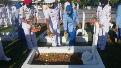Photo of Menjelang HUT TNI AL Ke 75, Danlantamal IV Tanjungpinang Pimpin Rombongan Ziarah Ke Taman Makam Pahlawan Tanjungpinang
