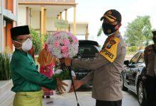 Photo of Kapolres Bintan menyerahkan Bouguet Flower dan Ucapan Terimakasih